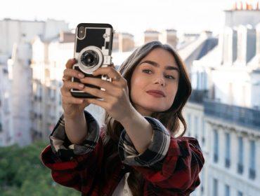 Lily Collins em cena da nova série hit da Netflix