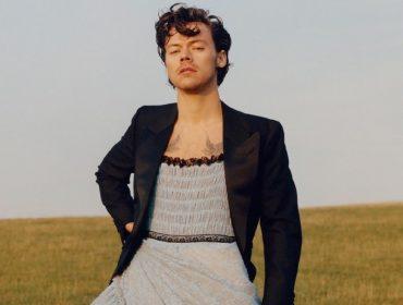 Revista que estampou Harry Styles de vestido em sua capa esgota nas bancas dos EUA