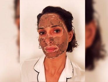"""Camila Pitanga brinca com rotina de skincare: """"Se for pra não sorrir, que seja por conta de uma máscara de argila"""". Aos benefícios!"""