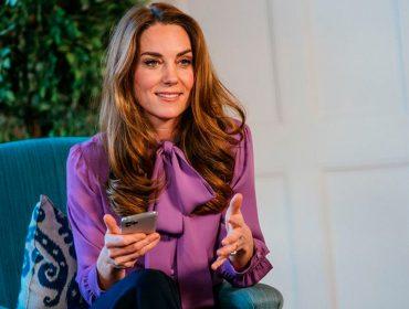 Kate Middleton repete blusa da Gucci em live exibida no Instagram e chama a atenção da imprensa e dos fãs