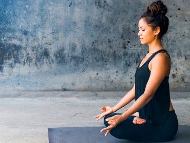 Para uma virada de ano tranquila e positiva aposte na técnicas de meditação e autocompaixão: 'Toque a si mesmo com carinho'