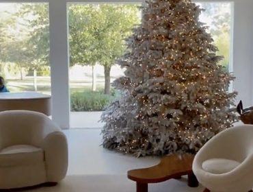 Natal dos Kardashian West aposta no branco total e tem até pianista contratado para ficar tocando músicas natalinas ao vivo
