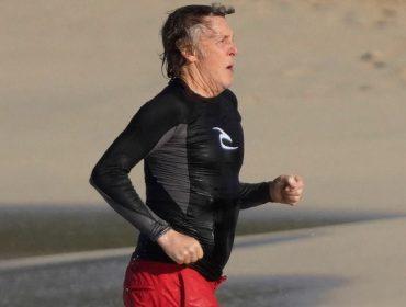 Paul McCartney em uma praia da ilha