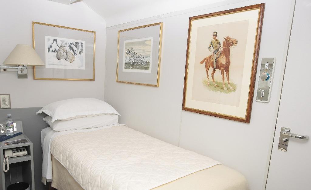 Uma das camas de solteiro do vagão real