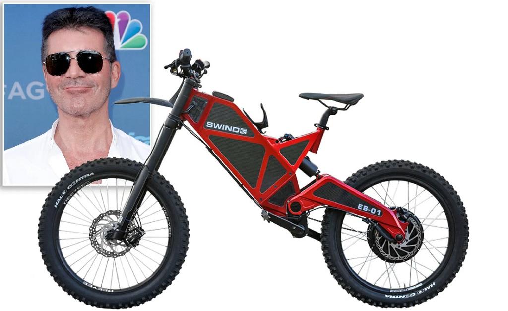 Simon Cowell e um modelo da bike cujo fabricante ele está processando