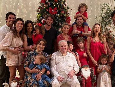 De pijama, claro, Silvio Santos aparece em momentos raros de carinho com os netos. Espia!