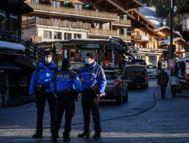 Surpreendidos com quarentena, centenas de turistas britânicos promovem fuga de estação de esqui na Suíça