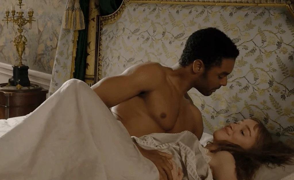 Simon Basset (Regé-Jean Page) e Daphne Bridgerton (Phoebe Dynevor) em uma das cenas mais calientes da série
