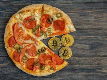 Há 10 anos, duas pizzas foram compradas online por 10 mil bitcoins, que hoje valeriam mais de US$ 400 milhões. À história!