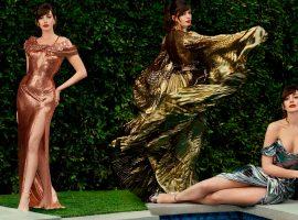 Anne Hathaway faz seu próprio 'red carpet' no quintal de casa e aposta em modelitos 'deluxe' para a estreia de seu novo filme