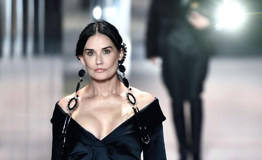 Demi Moore abrindo o desfile da Fendi na Semana de Moda de Paris