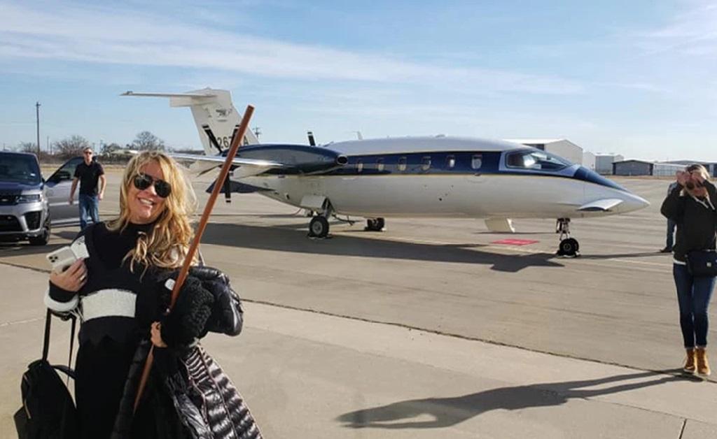 Jenna Ryan embarcando em sua cidade no Texas rumo à capital dos EUA