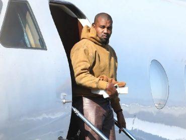 O rapper saindo do jatinho no qual viajou até LA