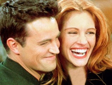 "Matthew Perry e Julia Roberts em cena de ""Friends"""