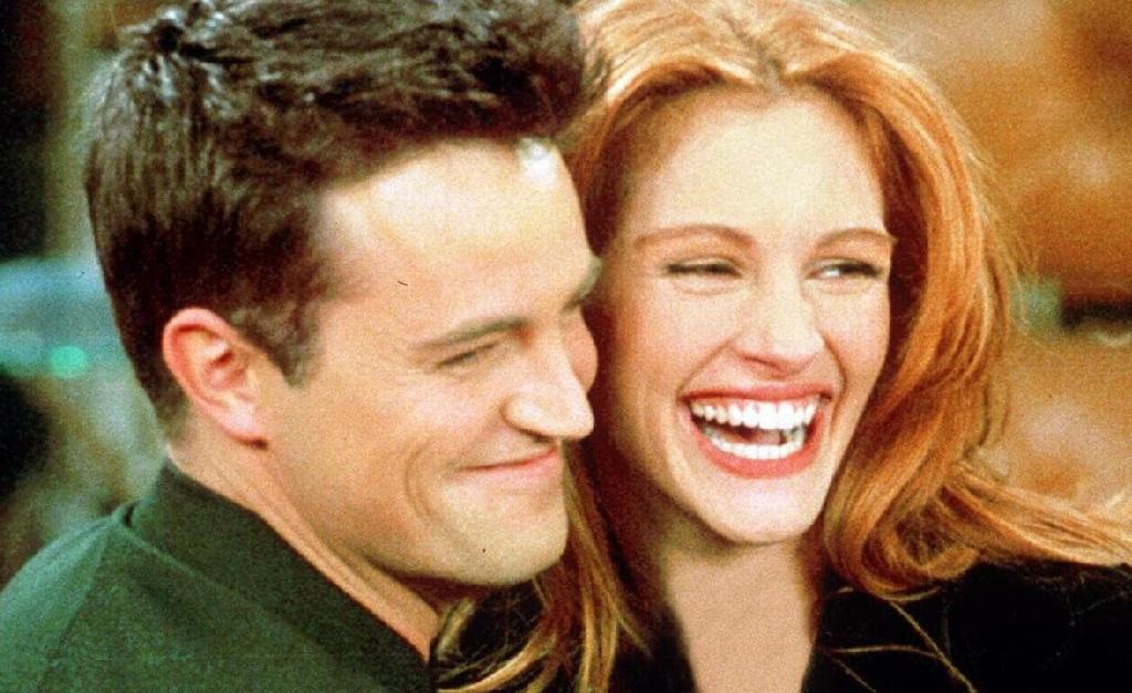"Matthew Perry e Julia Roberts em cena de ""Friends"""