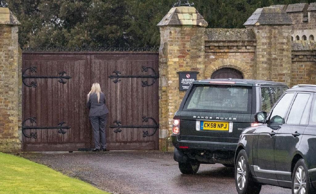Uma segurança que acompanhava a monarca tentou, em vão, abrir os portões da propriedade real