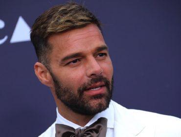 """Ricky Martin ressurge no Instagram com barba platinada: """"Quando estiver entediado, dê uma descolorida"""""""