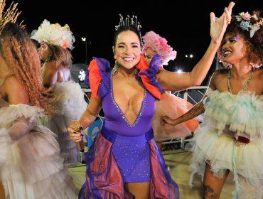 """""""Quando ouvi Gal Costa cantando, chorei por três dias"""", conta Daniela Mercury sobre música em homenagem a Moraes Moreira e afirma que o Carnaval 2022 será uma catarse coletiva"""