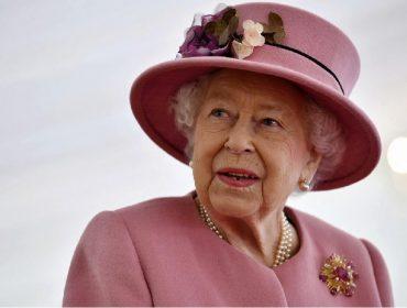 """Vacinada contra a Covid-19 em janeiro, Elizabeth II incentiva seus súditos a seguirem seu exemplo: """"Não dói nada"""""""