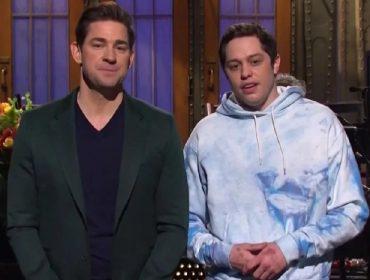 John Krasinski e Pete Davidson se beijam na frente das câmeras no primeiro 'SNL' de 2021