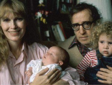 Mia Farrow (com Ronan Farrow no colo) e Woody Allen (segurando Dylan Farrow)