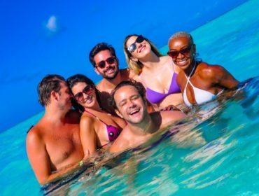 Turma do humor se 'esbarra' por acaso em Punta Cana, quebra clima de romance e curte Carnaval 'al mare'