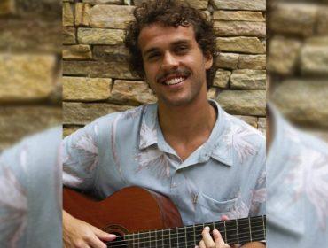 """Theo Bial, filho de Giulia Gam e Pedro Bial, lança EP e revela: """"a escolha do sobrenome do meu pai deixou minha mãe chateada"""""""