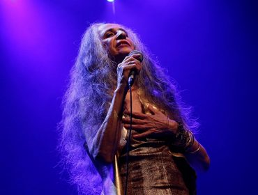 """Maria Bethânia se prepara para sua primeira 'live' e adianta o que apresentará para o público: """"Direi os poemas que gosto, meus pensamentos, cantarei canções que falam sobre esses 56 anos de carreira…"""""""