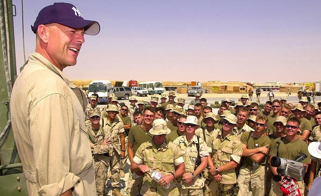 Willis durante visita a soldados americanos instalados fora dos EUA