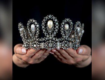 Tiara de pérolas e diamantes que foi da realeza europeia no século 19 vai a leilão por valor que ultrapassa os R$ 8 milhões