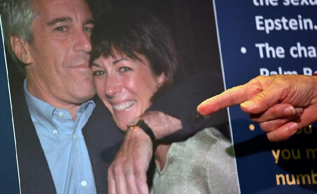 Ghislaine Maxwell, com Jeffrey Epstein, corre o risco de passar o resto da vida na prisão