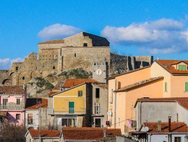 Laurenzana fica ao sul de Nápoles, na Itália