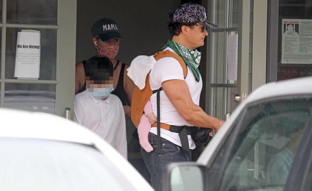 Orlando Bloom com a filhinha Dasy nas costas