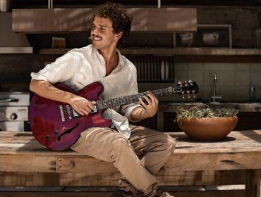 """Theo Bial fala sobre a música 'Mais Uma Vez', que tem letra do pai, Pedro Bial: """"Parceria muito natural"""""""