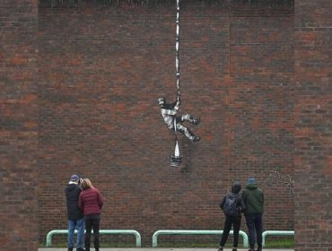O misterioso Banksy ataca mais uma vez na calada da noite e vídeo registra toda a ação. Play!