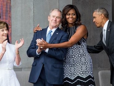 George W. Bush e Michelle Obama entre Laura Bush e Barack Obama