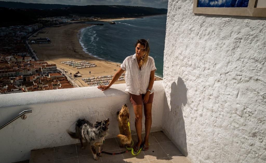 Maya com Naza (à esquerda) e outro doguinho