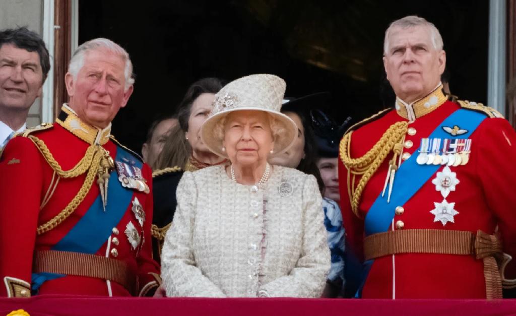 Elizabeth II entre os filhos: Charles (à esquerda) e Andrew