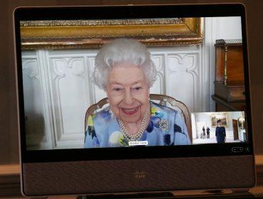 Elizabeth II aparece sorrindo em primeiro compromisso público desde o funeral do príncipe Philip