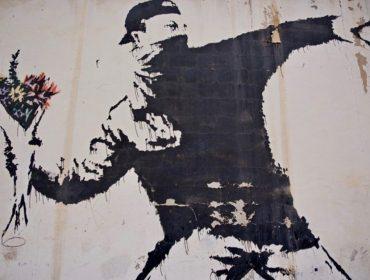 Pela primeira vez, Sotheby's aceitará criptomoedas em leilão de obra icônica e polêmica de Banksy