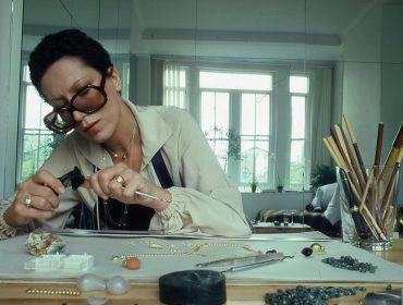 Quem foi Elsa Peretti, destaque na série 'Halston'? Musa e bff do estilista, se tornou uma das designers de joias mais conhecidas do mundo