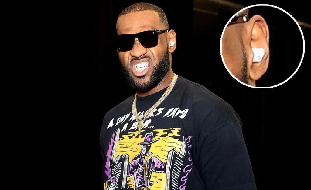 LeBron James e, no detalhe, o misterioso fone intra auricular no ouvido dele