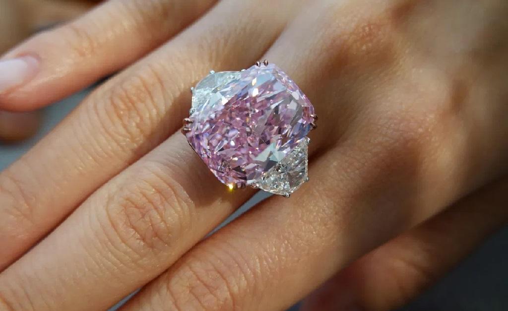 O diamante pesa 15,81 quilates e não tem arranhões visíveis ao olho humano
