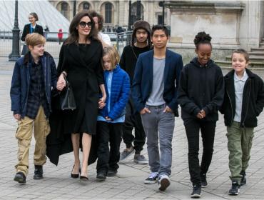"""Angelina Jolie revela que seus filhos se preocupam com sua saúde mental: """"Eles cuidam muito bem de mim"""""""