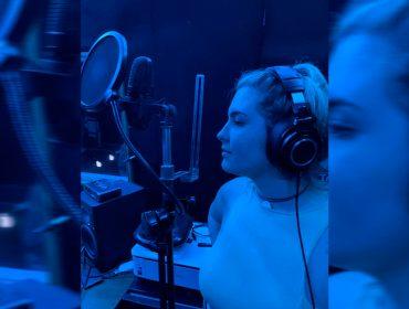 Aos 20 anos, Maria Maud sabe o que quer e estreia na música com a benção da atriz Cláudia Abreu e do cineasta José Henrique Fonseca: seus pais