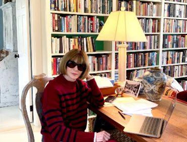 A editrix no escritório de seu château no Greenwich Village