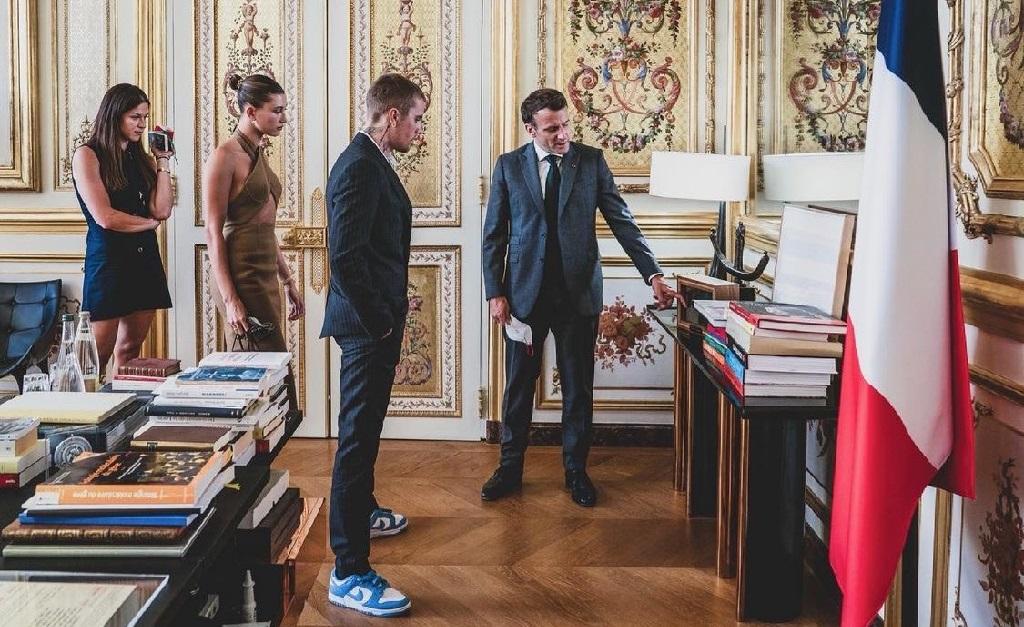 O presidente francês mostra a Baldwin e Bieber algumas das relíquias de sua residência oficial em Paris