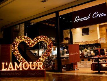 Instalação romântica do florista Vic Meirelles em loja da Grand Cru celebra a semana dos apaixonados