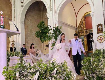 Paola Fendi e Aram Warga Andrea Ahmed descendo do altar