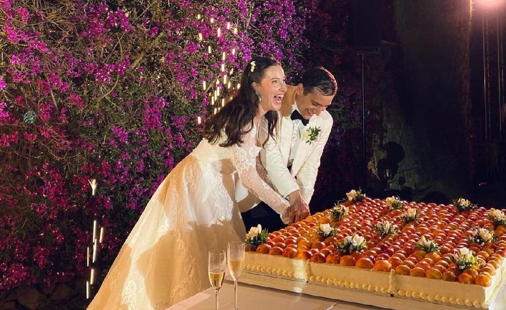 Os dois cortando o bolo de casamento